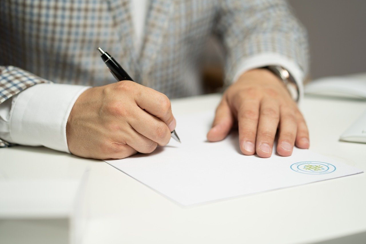 man-sign-paper-5710164 企业併购